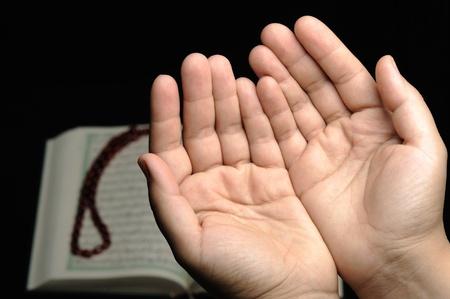 różaniec: ludzka rÄ™ka trzyma różaniec w pozie modlÄ…c siÄ™ i proszÄ…c