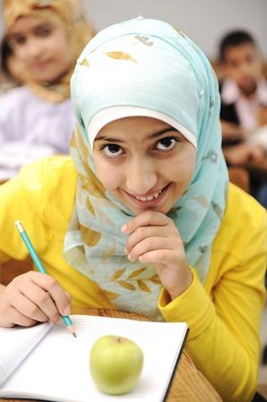 fille arabe: Les activit�s d'�ducation en salle de classe � l'�cole, l'apprentissage des enfants heureux Banque d'images