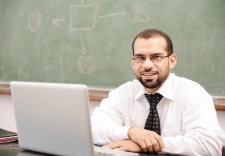 Onderwijs activiteiten in de klas op school, Happy leraar met laptop