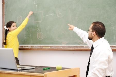 hombre arabe: Actividades de educaci�n en el Sal�n de clases a ni�os de escuelas, felices de aprendizaje
