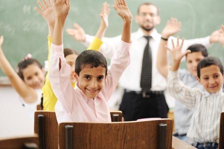 fille arabe: Les activités d'éducation en salle de classe à l'école, l'apprentissage des enfants heureux Banque d'images