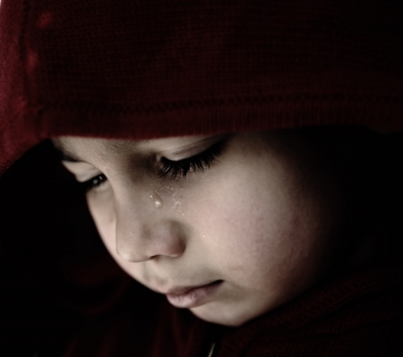child crying: Ni�o triste llorando