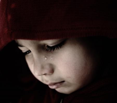 niño llorando: Niño triste llorando