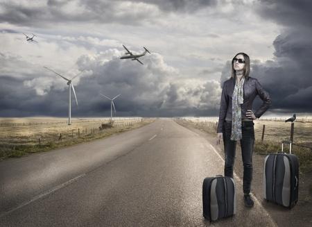 vogelspuren: Junge Frau mit Gepäck warten das Flugzeug taxy Lizenzfreie Bilder