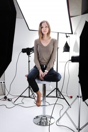 Jonge mooie model stellen in de professioneel ingerichte studio Stockfoto