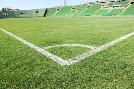 terrain foot: Terrain de football avec l'herbe verte belle dans le stade Banque d'images