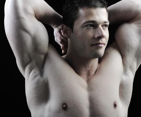 El cuerpo perfecto hombre - culturista posando impresionante