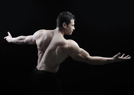 musculo: El cuerpo masculino perfecto - culturista impresionante posando