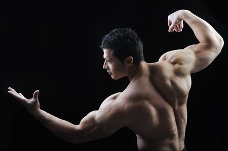 musculo: El cuerpo perfecto hombre - culturista posando impresionante