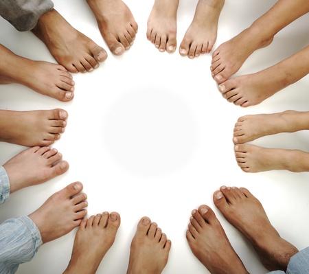 multicultureel: Perfecte cirkel van geïsoleerd benen, concept met een kopie ruimte Stockfoto