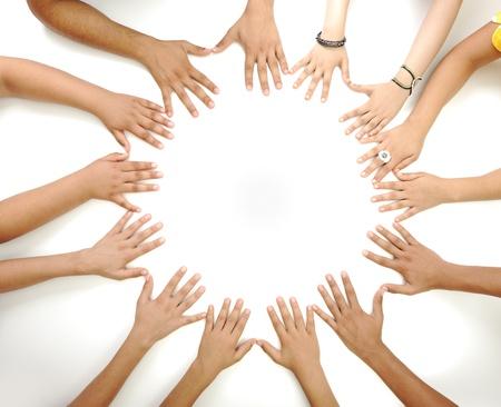 niños reciclando: Símbolo conceptual de los niños multirraciales manos haciendo un círculo sobre fondo blanco con un espacio de la copia en el centro Foto de archivo