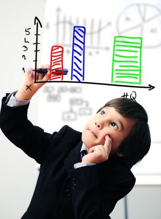 simbolos matematicos: Niño dibujar un diagrama en pantalla digital
