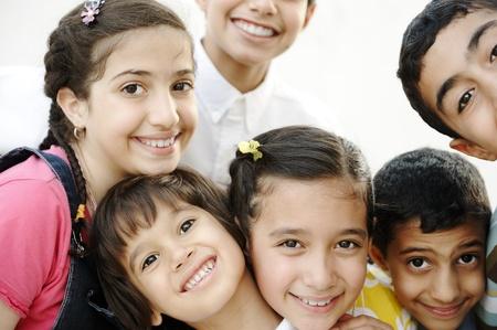 big five: Felice gruppo di amici dei bambini insieme all'aperto, ritratto
