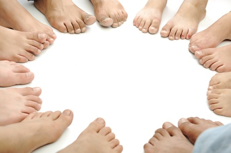 girotondo bambini: Cerchio perfetto di gambe isolate, concetto con copia spazio Archivio Fotografico