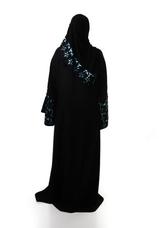 femme musulmane: Musulmane traditionnelle, vêtements de retour, isolé. Banque d'images