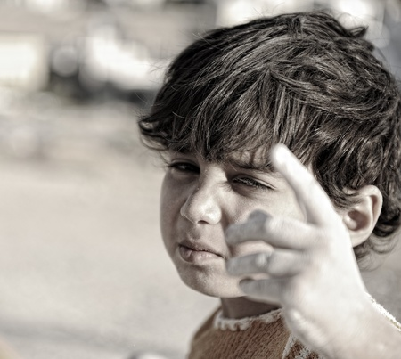 wees: U bent ook verantwoordelijk voor! Arm kind met de vinger omhoog. Stockfoto