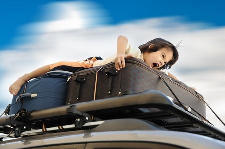 dream car: Ni�o peque�o viajando en la parte superior del coche