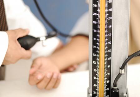 hipertension: médico mide la presión del paciente en la clínica Foto de archivo