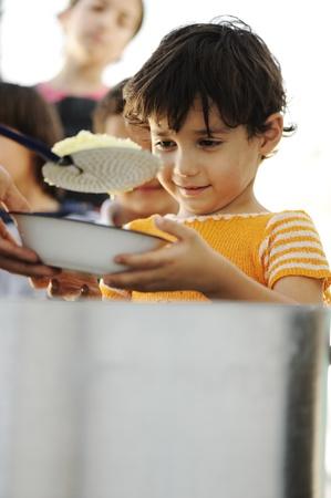 bambini poveri: Bambini affamati nel campo profughi, distribuzione di prodotti alimentari umanitari
