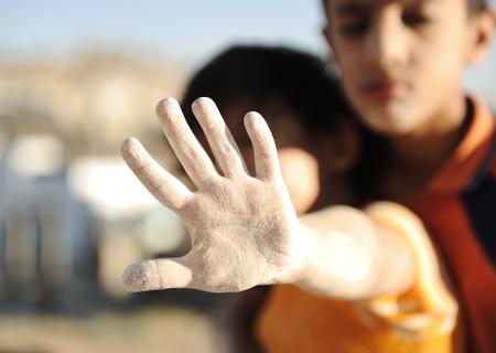 bambini poveri: Si prega di fermare questo disastro umanitario! Archivio Fotografico