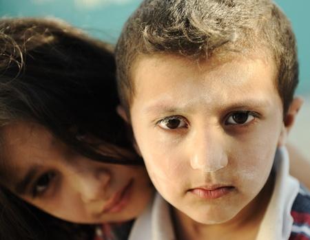 petite fille musulmane: Petit frère et soeur sale, la pauvreté, mauvais état