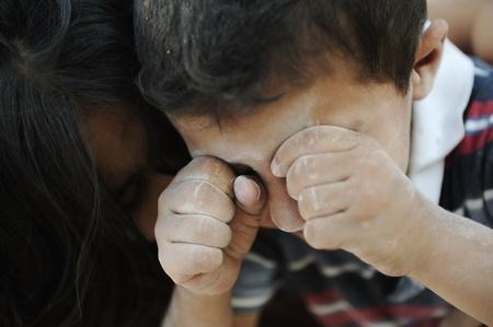 arme kinder: Kleine schmutzige Bruder und Schwester, Armut, schlechter Zustand