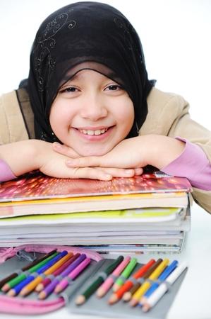 petite fille musulmane: Jeune fille musulmane d'apprentissage, de retour � l'�cole