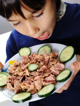 Niño comiendo pescado Foto de archivo - 10680791
