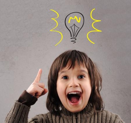 id�e lumineuse: Exellent id�e, gamin avec ampoule illustr� ci-dessus la t�te
