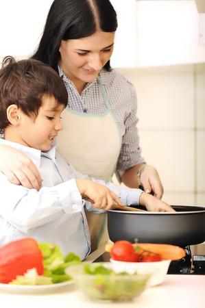 personas ayudando: Madre e hijo peque�o en la cocina