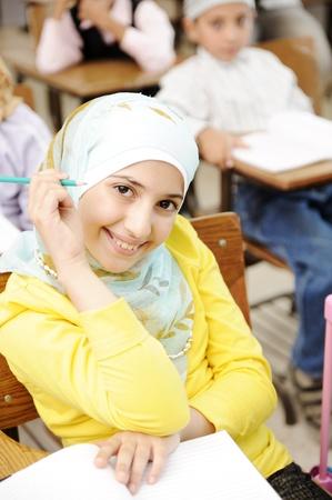 petite fille musulmane: Jeune fille musulmane arabe dans la classe