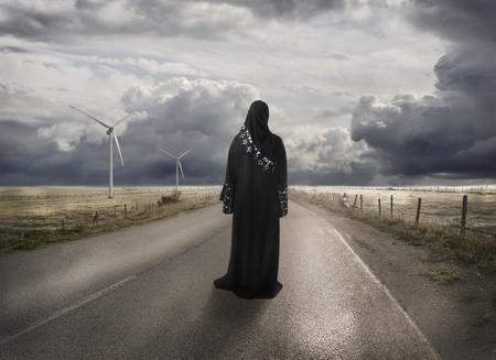 femmes muslim: Femme musulmane la recherche de la bonne fa�on, perdu dans le temps et le lieu - notion Banque d'images