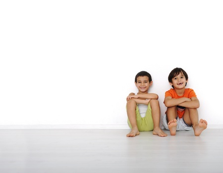 niños platicando: Niños felices sentado en su casa, en el interior Foto de archivo