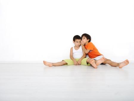 bambini seduti: Felici i bambini seduti a casa, interno Archivio Fotografico