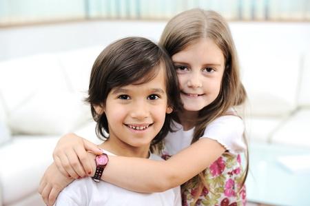 brat: Kochanie, brat i siostra huging siebie Zdjęcie Seryjne