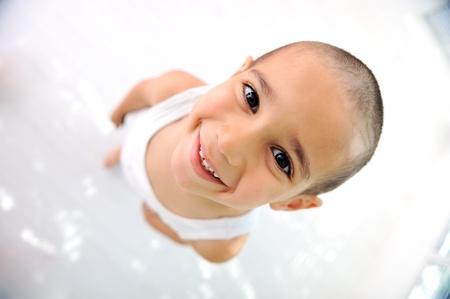 calvo: Niño pequeño, lindo pelo corto, casi calvo:)