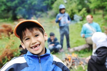 obóz: Grupa grill w przyrodzie, dzieci przygotowujących się kiełbaski na ogniu