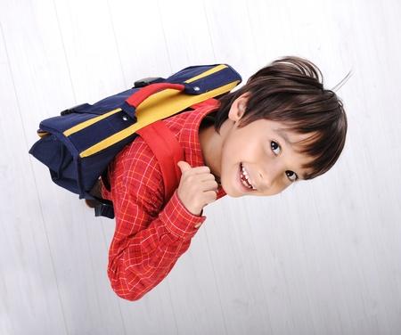 ni�o con mochila: Escuela de ni�o con una mochila