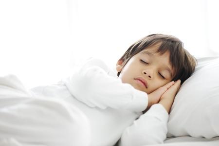 Ni�os en la cama para dormir, la hora de dormir feliz en el dormitorio de blanco Foto de archivo - 11176553
