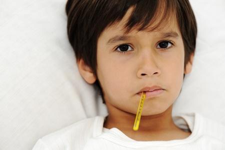 fieber: Kranken kleinen Jungen mit Thermometer, Verlegung auf Bett