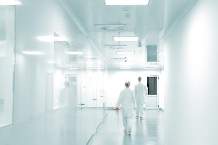 laboratorio: Personas que trabajan con uniformes blancos, caminando en el entorno de la f�brica moderna