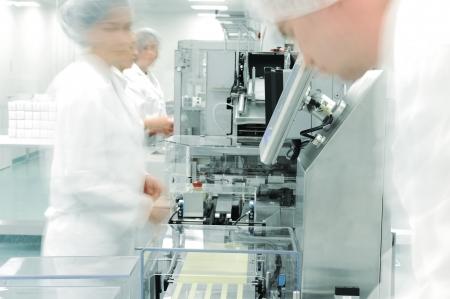 manufactura: Los trabajadores en movimiento en la f�brica moderna de las drogas
