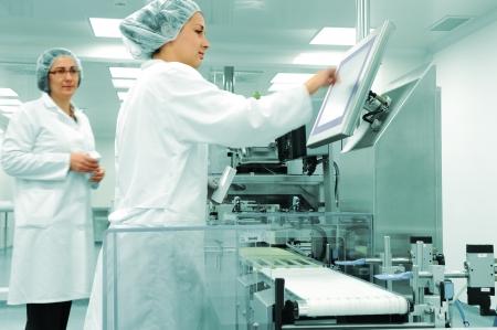 silicio: Los trabajadores en la l�nea de producci�n en la moderna f�brica Foto de archivo