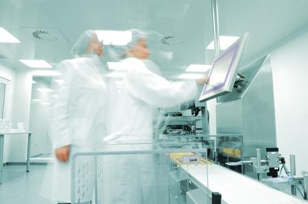 production plant: Lavoro persone a linea di produzione in fabbrica moderna