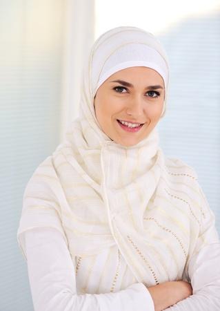 Jonge mooie moslim vrouw met traditionele, maar modieuze kleding