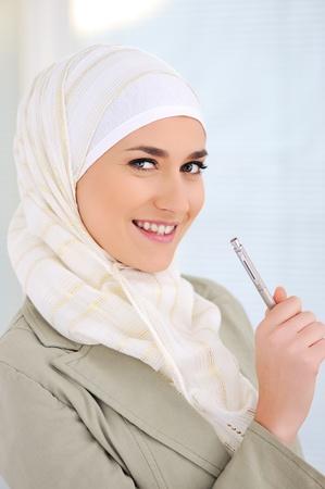mujeres musulmanas: Estudiantes Musulmanes mujeres de raza cauc�sica la celebraci�n de la pluma