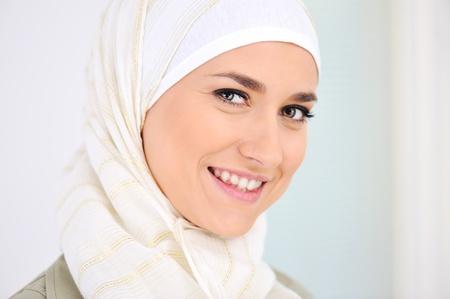 fille arabe: Bonne femme musulmane magnifique sourire