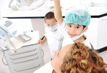 uniformes de oficina: Dientes Kid revisi�n en la oficina del dentista