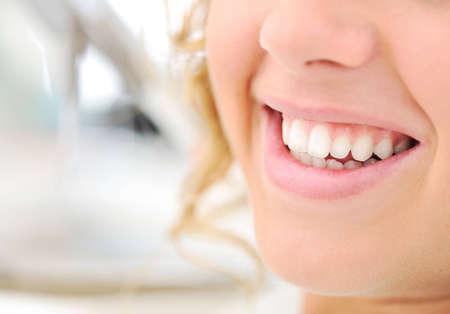 higiene bucal: Sonrisa hermosa, joven, mujer