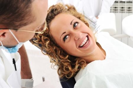 odontologia: Dientes de revisi�n en la oficina del dentista Foto de archivo